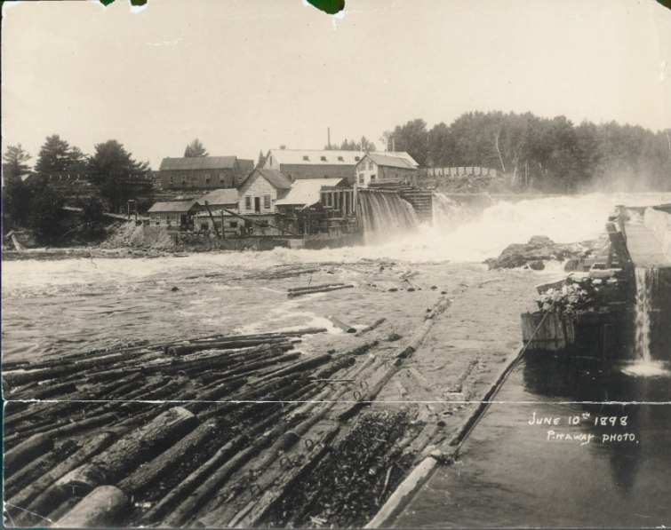 Installations de la James MacLaren co. sur les rives de la La Lièvre à Buckingham 10 juin 1898. BAnQ Gatineau, Fonds James MacLaren Company